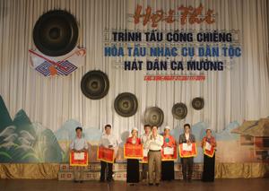 Lãnh đạo huyện Lạc Sơn trao giải toàn đoàn cho các xã, thị trấn đoạt giải cao tại hội thi.