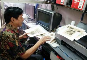 Nghệ sỹ nhiếp ảnh Hoàng Lai trân trọng giữ gìn những tấm ảnh độc quyền ông chụp công trình Thủy điện Hòa Bình trong suốt 15 năm xây dựng.