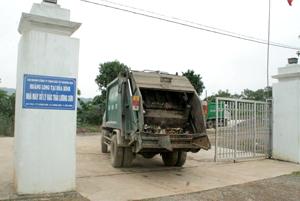 Công ty CP Môi trường đô thị vận chuyển rác của TP Hòa Bình về bãi chôn lấp và xử lý rác của Công ty Hoàng Long tại thị trấn Lương Sơn.