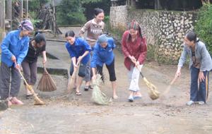Phụ nữ chi hội xóm Độc Lập, xã Hợp Thịnh  tham gia dọn dẹp vệ sinh đường làng ngõ xóm.