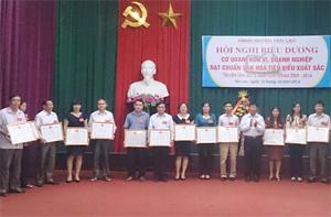 Trong giai đoạn 2009-2014, toàn huyện Tân Lạc có trên 50 cơ quan, đơn vị, trường học đạt chuẩn văn hóa 5 năm. Ảnh: Lãnh đạo Huyện uỷ trao giấy khen cho các tập thể đạt chuẩn văn hóa 5 năm 2009 - 2014.