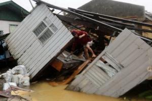Nhà cửa ở Borongan bị sập sau bão - Ảnh: EPA