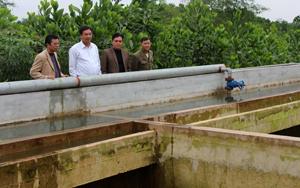 Lãnh đạo Sở NN&PTNT kiểm tra chất lượng công trình cấp nước sinh hoạt xã Phú Lương (Lạc Sơn) trước khi bàn giao đưa vào sử dụng.