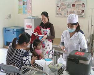 Cán bộ Trạm y tế phường Phương Lâm (TPHB) tiêm vắc xin sởi, rubella cho trẻ trong độ tuổi từ 1 – 5.