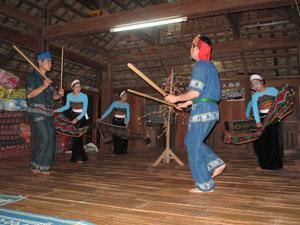 CLB thanh niên giữ gìn bản sắc văn hóa dân tộc bản Lác biểu diễn văn nghệ phục vụ khách du lịch cộng đồng.