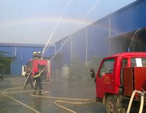 Lực lượng Cảnh sát PCCC&CN, CH phối hợp thực tập phương án chữa cháy tại Công ty CP Cao su chất dẻo Đại Mỗ.