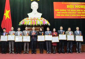 Đồng chí Bùi Văn Cửu, Phó Chủ tịch TT UBND tỉnh đã trao Bằng khen của UBND tỉnh cho các cơ quan, đơn vị, doanh nghiệp tiêu biểu xuất sắc 5 năm giai đoạn 2009 - 2014