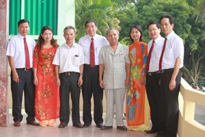 Nhà báo Đồng Thế Hưng (người đeo cà vạt đứng giữa) và các đồng nghiệp trong lễ kỷ niệm 50 năm ngày Báo Hoà Bình ra số đầu (1962 - 2012).