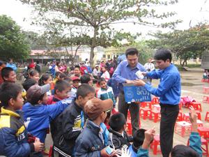 Đoàn phát quà cho trẻ em nghèo 3 xã Liên Hoà, An Lạc, An Bình.