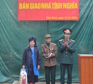 Thay mặt Bộ Tư Lệnh Quân khu 3, Đại tá Nguyễn Quốc Bảo, Phó Chính ủy Bộ CHQS tỉnh bàn giao nhà tình nghĩa và tặng quà cho gia đình ông Vì Văn Xuần.