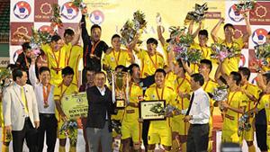 Đội HN T&T nhận cúp vàng tại Giải vô địch U19 quốc gia năm 2014. (ảnh minh họa)
