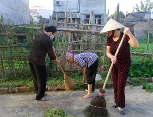 Phụ nữ thành phố Hoà Bình tích cực tham gia các  hoạt động của đời sống xã hội. (Ảnh: Phụ nữ tổ 16, phường Tân Thịnh dọn dẹp vệ sinh môi trường trên địa bàn).