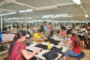 Công ty May SMA Việt - Hàn có trụ sở tại phường Chăm Mát (TPHB) đã trang bị đầy đủ khẩu trang nhưng nhiều công nhân không đeo.