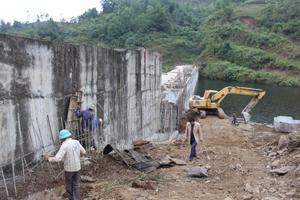 Do thiếu vốn nên công trình hồ Cạn Thượng (Cao Phong) không đảm bảo tiến độ và thi công trong tình trạng cầm chừng.