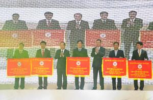 Hoà Bình là 1 trong 5 tỉnh được BTC đại hội trao cờ vì có thành tích tốt nhất trong 19 tỉnh miền núi tại đại hội.