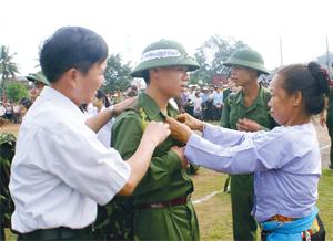 Thanh niên tỉnh ta tiếp bước cha anh lên đường làm nhiệm vụ bảo vệ tổ quốc.