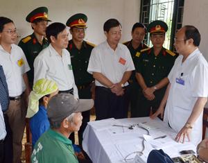Bộ CHQS tỉnh phối hợp với Bệnh viện Quân y 103  khám bệnh, tư vấn sức khỏe, cấp thuốc miễn phí  cho người dân xóm Cành, xã Bình Chân (Lạc Sơn). Ảnh: Tuấn Anh (Bộ CHQS tỉnh).