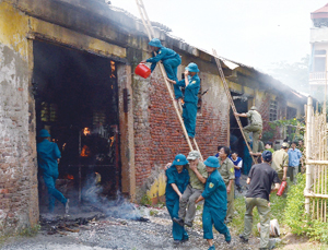 Lực lượng dân quân phường Hữu Nghị (TPHB) diễn tập xử lý  phương án phòng cháy, chữa cháy và cứu hộ, cứu nạn.