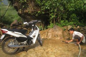 Anh Bùi Văn Ửu đang rửa xe cho khách.