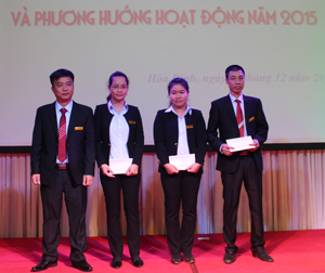 Ông Hà Văn Cương, Giám đốc Công ty TNHH Dược phẩm Hà Việt trao thưởng cho các cá nhân có thành tích xuất sắc năm 2014.