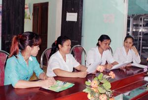 Cán bộ DS/KHHGĐ, CTV dân số xã Hòa Sơn trao đổi phương thức điều hành CLB tiền hôn nhân.