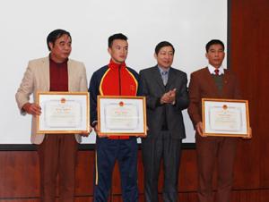 Đồng chí Bùi Văn Cửu, Phó Chủ tịch TT UBND tỉnh trao bằng khen của UBND tỉnh cho 3 cá nhân có thành tích xuất sắc tại Đại hội TD-TT toàn quốc lần thứ VII-năm 2014.