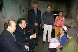 Đồng chí Đàm Hữu Đắc, Phó Chủ tịch TT Hội NCT Việt Nam thăm hỏi, tặng quà cho hộ gia đình NCT Nguyễn Thị Tiến, xóm Đồng Gạo, xã Thống Nhất.