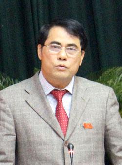 Đồng chí Nguyễn Viết Trọng, Giám đốc Sở Nội vụ trả lời chất vấn.