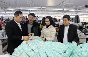 Lãnh đạo Sở KH &ĐT thường xuyên quan tâm, kịp thời tháo gỡ khó khăn, vướng mắc giúp doanh nghiệp trên địa bàn đẩy mạnh SX -KD. Ảnh: Lãnh đạo Sở KH &ĐT, Ban Quản lý các KCN tỉnh tìm hiểu tình hình SX -KD tại Công ty TNHH GGS Việt Nam (Khu công nghiệp bờ trái Sông Đà). Ảnh: PV
