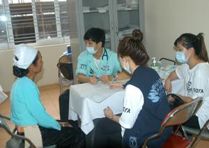 Các bác sỹ Hàn Quốc khám - chữa bệnh nhân đạo cho nhân dân huyện Lạc Sơn. (Ảnh: Minh Tuấn)