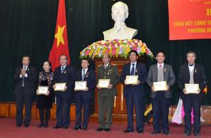 Đồng chí Đàm Hữu Đắc, Phó Chủ tịch T.Ư Hội NCT Việt Nam trao kỷ niệm chương cho các đồng chí có đóng góp tích cực cho công tác chăm sóc và phát huy vai trò NCT.