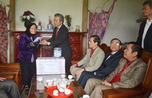 Đồng chí Trần Văn Tiệp, Giám đốc Sở NN&PTNT tặng quà và kính chúc sức khỏe Bà mẹ Việt Nam anh hùng Trần Thị Riệc.