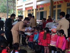 Đại diện Chi đoàn thanh niên Đội cảnh sát giao thông số 9 trao quà cho học sinh trường tiểu học xã Vầy Nưa.