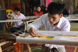 Người khuyết tật huyện Tân Lạc được học nghề và có việc làm ổn định nâng cao chất lượng cuộc sống.