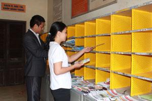 CB, CNV Bưu điện huyện Lạc Sơn chuẩn bị đưa ấn phẩm báo chí về các xã, thị trấn, cơ quan, ban, ngành trên địa bàn.