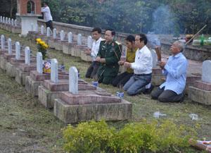 Thiếu tướng Đinh Xuân Ứng vào nghĩa trang Đô Lương (Nghệ An) đón hài cốt liệt sỹ Xa Văn Thang.