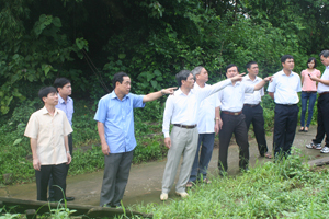 Đồng chí Nguyễn Văn Quang, Phó Bí thư Tỉnh uỷ, Chủ tịch UBND tỉnh kiểm tra dự án kè sông Bôi, huyện Lạc Thuỷ. Ảnh: P.V