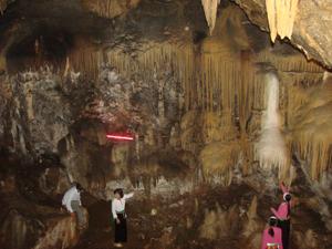 Khu du lịch danh lam thắng cảnh di tích cấp quốc gia quần thể hang động núi Đầu Rồng (thị trấn Cao Phong - huyện Cao Phong) là điểm đến hấp dẫn đối với du khách.