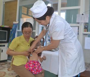 Cán bộ Trung tâm YTDP tỉnh khám sàng lọc trước tiêm cho trẻ.