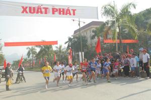 Các VĐV tham gia thi đấu ở nội dung nữ trẻ tại giải việt dã truyền thống Cúp Báo Hòa Bình lần thứ XXIII, năm 2014.