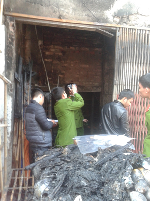 Lực lượng công an khám nghiệm hiện trường vụ cháy.