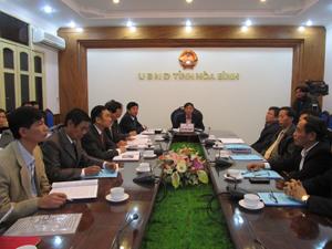 Đồng chí Bùi Văn Khánh, Phó Chủ tịch UBND tỉnh cùng lãnh đạo một số sở, ban, ngành tham dự hội nghị tại điểm cầu tỉnh ta.
