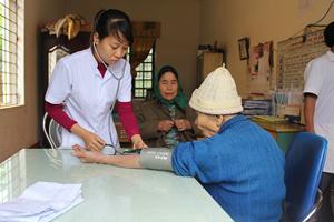 Đoàn tình nguyện khám sức khỏe cho NCT trên địa bàn xã Phú Vinh (Tân Lạc).