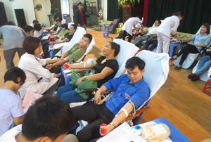 ĐV-TN huyện Cao Phong tham gia chương trình hiến máu tình nguyện năm 2015.