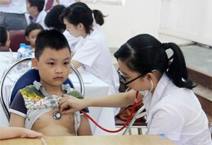 Trẻ em được khám sàng lọc phát hiện tim bẩm sinh sớm tại Bệnh viện Đa khoa tỉnh.