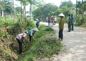 Nhân dân xã Phú Minh (Kỳ Sơn) khơi mương thoát nước, vệ sinh đường làng ngõ xóm phong quang, sạch đẹp góp phần bảo vệ môi trường nông thôn.