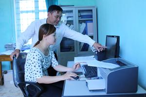 Cán bộ xã Bắc Phong (Cao Phong) trao đổi chuyên môn, nghiệp vụ  nhằm nâng cao chất lượng phục vụ nhân dân trên địa bàn.
