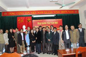 Các đồng chí lãnh đạo Ban Tuyên giáo Tỉnh uỷ, Sở VH-TT&DL gặp gỡ, trao đổi cùng các nhà văn tham gia trại sáng tác văn học nghệ thuật Hoà Bình năm 2015.