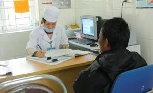 Cán bộ Bệnh viện Đa khoa huyện Tân lạc tư vấn, xét nghiệm sàng lọc bệnh nhân.