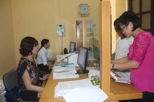 """Cá nhân, tổ chức đến làm thủ tục tham gia BHYT  tại bộ phận """"một cửa"""" BHXH huyện Lạc Thủy."""
